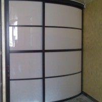 выпуклый угловой радиусный шкаф-купе с матовым стеклом
