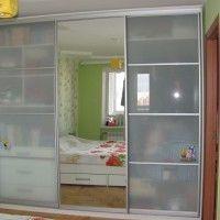 трехдверный шкаф купе матовое стекло и зеркало