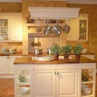 белая кухня в классическом стиле с мойкой в острове