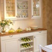 белая кухня в классическом стиле с буфетом