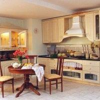 классическая кухня с буфетом в светлой цветовой гамме