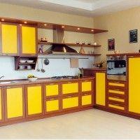 комбинированный кухонный гарнитур с желтыми фасадами