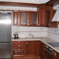 угловая кухня в классическом стиле с рамочными фасадами