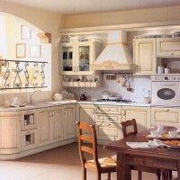 угловая светлая классическая кухня с радиусным фасадом
