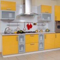 кухонный гарнитур с желтыми фасадами и встроенной духовкой