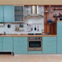 кухонный гарнитур с голубыми фасадами и встроенной духовкой