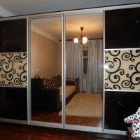 встроенный черный шкаф купе 4 комбинированные двери из стекла и зеркала