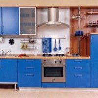 кухонный гарнитур с синими фасадами и встроенной духовкой