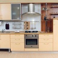 кухонный гарнитур с бежевыми фасадами и встроенной духовкой