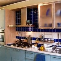 кухонный гарнитур с серыми фасадами со встроенным холодильником
