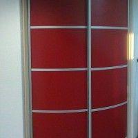 выпуклый красный шкаф купе