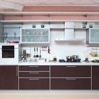 прямая кухня с коричневыми фасадами из пластика с белой столешницей фото