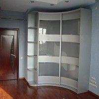 белый вогнутый радиусный угловой шкаф-купе