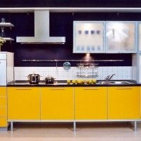 прямая кухня с желтыми фасадами и квадратными шкафчиками
