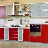 прямая кухня с красными фасадами в алюминиевой рамке и вытяжкой