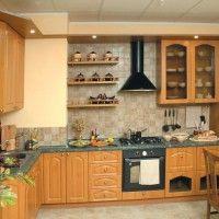 классическая кухня с зеленой каменной столешницей и подсветкой