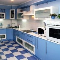 угловая голубая кухня с белой столешницей