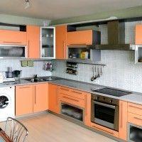 оранжевая кухня с серой глянцевой столешницей