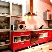 красный кухонный гарнитур алюминий матовое стекло столешница металлик