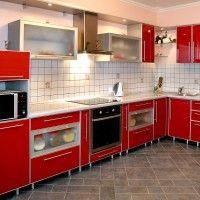 красная кухня глянцевые фасады в алюминиевой рамке