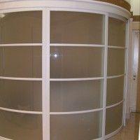 выпуклый радиусный шкаф-купе с матовым стеклом