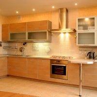 кухня с рамочными фасадами и барной стойкой