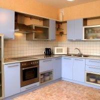 угловой кухонный гарнитур голубого цвета с глянцевой столешницей