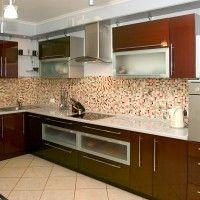 коричневая кухня с глянцевыми фасадами и белой столешницей