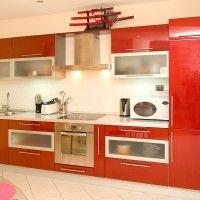 красный глянцевый кухонный гарнитур со встроенным холодильником