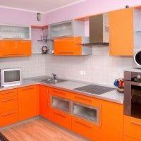 угловая оранжевая кухня с корпусами и столешницей металлик