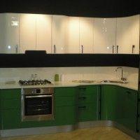 зелено белая глянцевая кухня с гнутыми фасадами