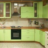 зеленый угловой кухонный гарнитур с гнутым фасадом
