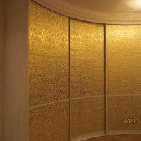 вогнутый радиусный шкаф-купе золотой