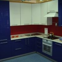 синий белый угловой кухонный гарнитур глянцевые фасады фото