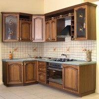 классическая угловая кухня с витражом