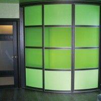 зеленый выпуклый радиусный шкаф-купе с подсветкой