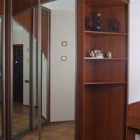 угловой комбинированный шкаф-купе с зеркальными дверями в прихожую