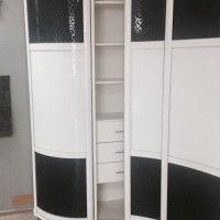 черно-белый радиусный шкаф-купе имитация кожи