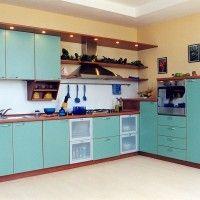 угловая кухня голубого цвета с подсветкой