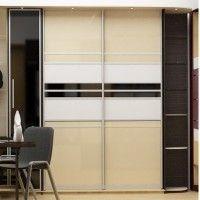 комбинированный шкаф-купе с глянцевым фасадом и боковыми секциями