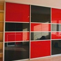 прямой шкаф-купе с тремя черно-красными дверями из стекла с пленкой
