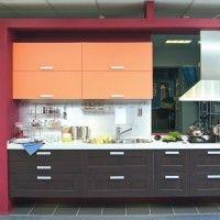 комбинированная коричневая кухня с оранжевыми шкафами пластик