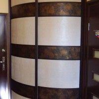 выпуклый радиусный шкаф-купе имитация кожи