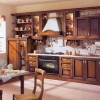 кухонный гарнитур с классическими пленочными фасадами под дерево