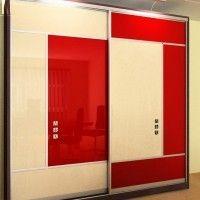 корпусной шкаф купе двери из красно-белого стекла геометрия