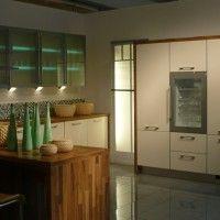 кухонный гарнитур с отдельно стоящим шкафом и подсветкой