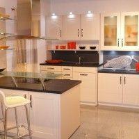 белая кухня с островом и стеклянной барной стойкой