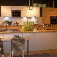комбинированная кухня со столом и островом с мойкой