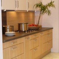 небольшая прямая кухня двух цветов с подсветкой