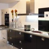 черный кухонный гарнитур с каменной барной стойкой